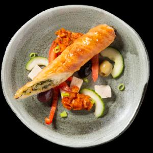 Turkse börek (filodeegrolletje gevuld met spinazie en fetakaas) met frisse Griekse salade en salsa rosso